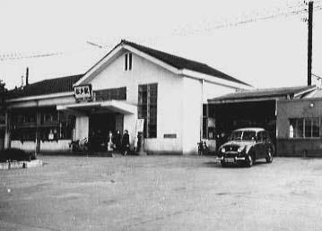 昭和28年頃の松戸駅駅舎外観の写真 昭和28年頃の写真。 松戸駅前に並ぶタクシー 昭和29年頃の